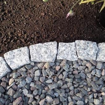 Zemiu atskyrimas granito kubeliais be cemento darbu