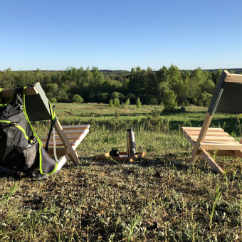 Gaminama iš juodalksnio arba drebulės medienos su medžiaginiu atlošu. Susineria iš dviejų dalių: atlošo ir sėdynės. Patogu sėdėti, nešti ir transportuoti automobilio bagažinėje. Matmen ...