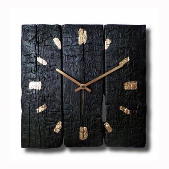Laikrodis pagamintas iš apdegintų sendintų lentų, padengtas natūraliais lakais. Laikrodžio unikalumas tame, kad kiekvienas laikrodis yra kitoks nei ankstesnis. Daugiau prekių rasite www.burnwo ...