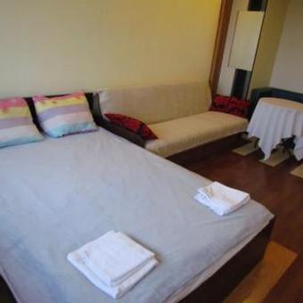 kambarys Nr.5 (dvigulė lova + sofa-lova, staliukas, 2 foteliukai, nedidelė spintutė, drabužių kabykla)