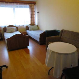 Kambarys Nr.7 (dvi viengulės lovos + sofa-lova, staliukas, 2 foteliukai, nedidelė spintalė, drabužių kabykla)