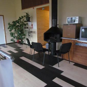 II-me aukšte įrengtas holas su atskiru židiniu ir pasisėdėjimo zona. Skirta 12 žmonių. Yra TV, šaldytuvas, mikrobangų krosnelė.