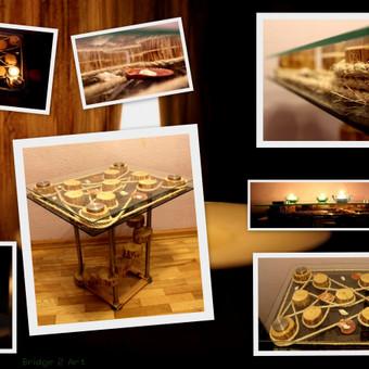 Kavos staliukas iš stiklo, medžio ir jūros gėrybių.