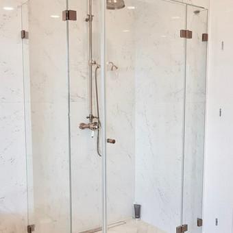 Dušo kabina. 8mm skaidrus grūdintas stiklas / bronzos splava dažyta furnitūra