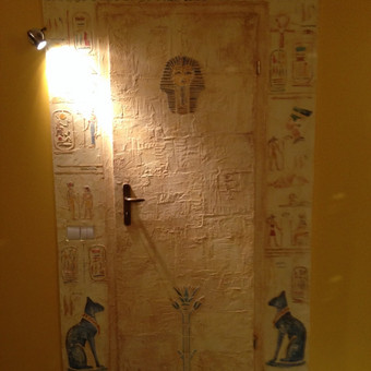 Dekoruotos durys. Reljefinis dekoravimas. Egipto motyvai. Decorated wall.