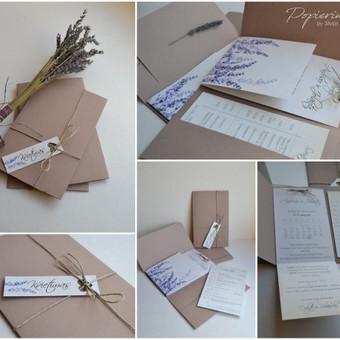 Kvietimas. Trys dalys - kvietimo viršelis su tekstu, papildomos informacijos kortelė ir raištelis.  Dydis - 110 x 170.
