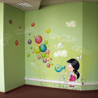 Piešinys darželyje ant sienos.
