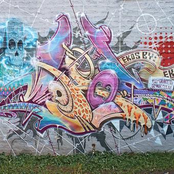 Grafiti aerozoliniais dažais ant sienos.