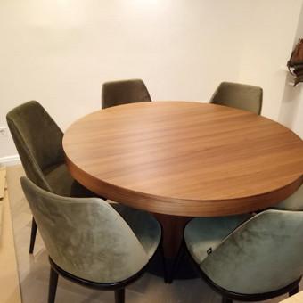 Didelis gražus stalas su praplatinimo funkcija.