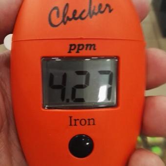 Vandens tyrimas vietoje. Geležies koncentracija 4,27 mg/l. Norma viršyta beveik 22 kartus.