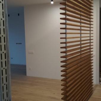 Sienelė, pušies masyvas, gilinta medžio tekstūra, padengimas alyva.