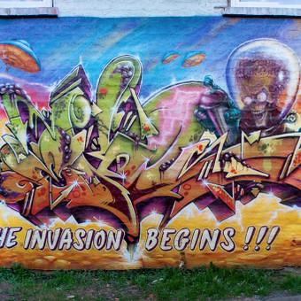 Graffiti ant sienos. Marsas atakuoja.