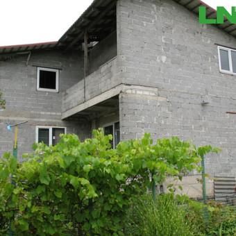 """Parduodamas sklypas su nebaigtos statybos gyvenamuoju namu SB""""Ąžuolas"""" Spanguolių g., Panevėžyje."""