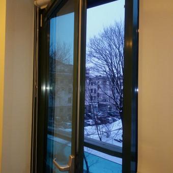 Aliuminio lango reguliavimas, kad biure nešvilpautų vėjai.