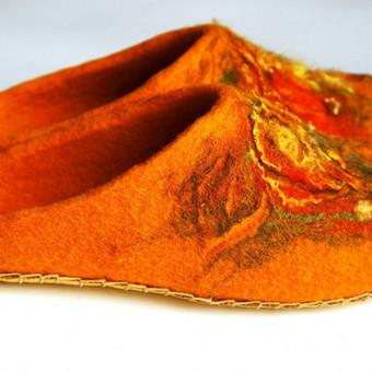 Moteriškos veltos tapkutės  Šiltos, rudeniškos spalvos, puoštos įvairiais pluoštais.