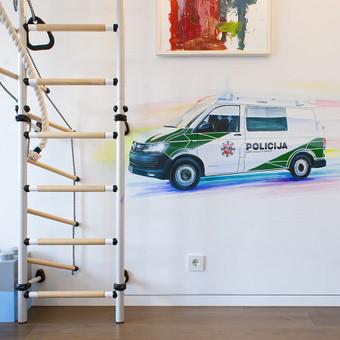 Policijos automobilis vaiko kambaryje. Autoriai: Edgaras Guršnys, Julija Janiulienė.