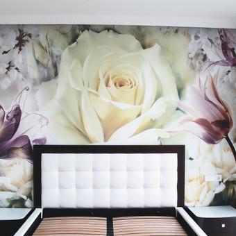 Miegamojo siena dekoruota moduliuota plokštuma, kurios piešinys pritaikytas pagal sienos dydį.