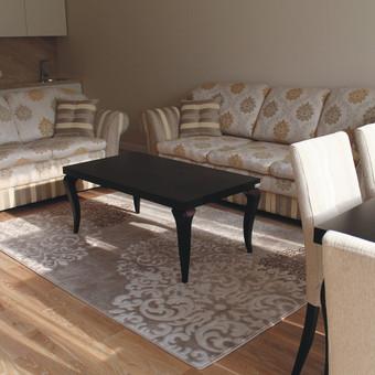 Minkšti svetainės baldai organiškai įsilieja į visumą, spalvinį akcentą sukuria ir gyvumo priduoda korpusiniai baldai, t.y. tv komoda, žurnalinis staliukas, valgomojo stalas.
