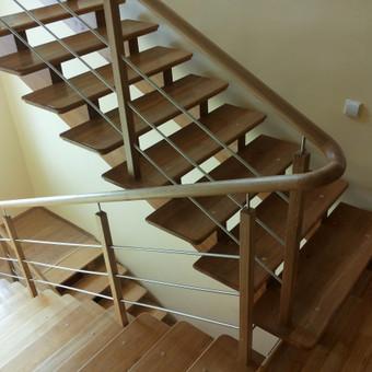 Laiptai su apvaliais porankiais su nerūdijančio plieno elementais