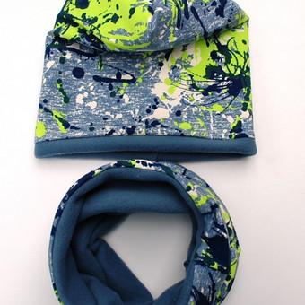 Dvigubo sluoksnio kepurė su priderinta mova – pašiltinti galvos ir kaklo apdangalai, kurie leis jaustis jaukiai ir patogiai leidžiant laiką vėsiame ore. Mėlynos spalvos, originaliai margintas ...