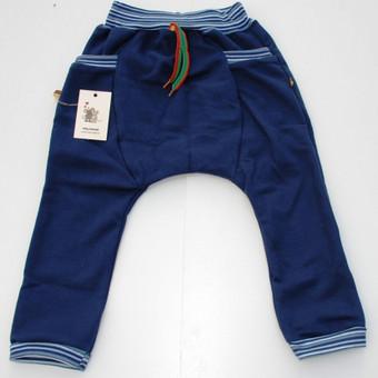 Vaikiškos haremo kelnės su dryžuotu juosmeniu   Kas gali būti patogiau pasibėgiojimui lauke, jei ne laisvo dizaino haremo tipo kelnės? Šiuo medvilnės trikotažo drabužiu noriai rengsis be ...