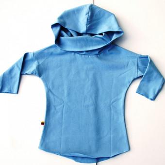Stilingi, vaikiški, žydros spalvos marškinėliai    Iš 100 % medvilnės pasiūti marškinėliai – ne tik patogus, bet ir stilingas rūbelis. Kapišonas, aukšta apykaklė – detalės, kuri ...