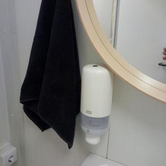 Vonios priedų kabinimas - skysto muilo dozatorius.