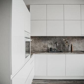 Balta blizgi virtuvė su dažytais MDF fasadais