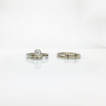 25-erių metų santokos proga sukurti vestuviniai žiedai iš balto 585 aukso ir 0.35ct ir 0.016ct briliantais.