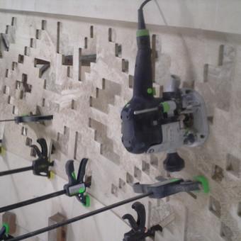Darbo nuotrauka. Frezuojame pagal CNC staklėmis pagamintą šabloną ant lanksčios faneros pagamintos iš CEIBA medienos.