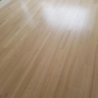 Medinių grindų šlifavimas, lakavimas bei alyvavimas. Naudojamos firmų Hesse Lignal, Livos, Glimtrex, Ciranova kieto vaško bei natūrali alyva, lakai bei gruntai.