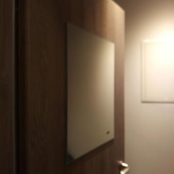 Veidrodžio pritvirtinimas prie durų