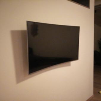 Lenkto ekrano televizoriaus kabinimas.