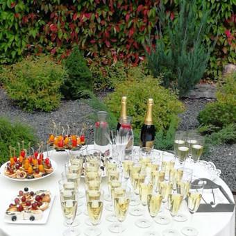 Atvykimas ir aptarnavimas po ceremonijos. Į paslaugą įeina atvykimas su staliuku, šviesia staltiese, stalo vanduo (4 litrai su citrusais), servetėlės, stiklinės taurės (iki 100 vnt.), stiklinės.