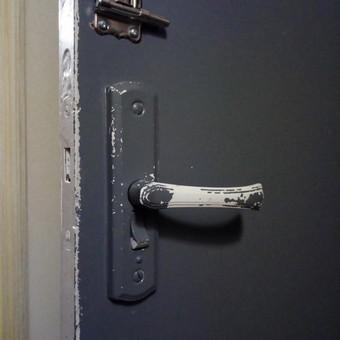 Senų, naujų durų remontas, kad sklandžiai veiktų.
