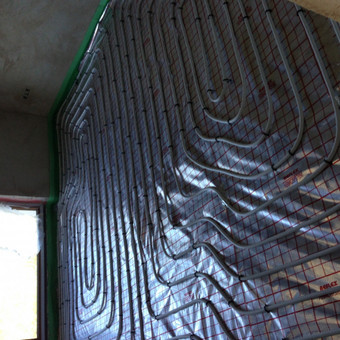 Šildomos grindys su atspindinčia plėvele. Nenaudojant armatūros . Naudojamos smeigės