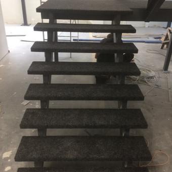 Metaliniai laiptai iškloti su kilimine danga Klaipėdoje
