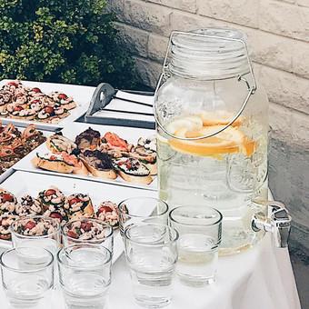 Stalo vanduo su citrusais (4 litrai) ir 20 stiklinių įskaičiuota į atvykimo kainą. Bendras aptarnavimas iki 50 asmenų - 65€. Iki 100 asmenų - 75€. Išrašome sąskaitą, sudarome sutartį.