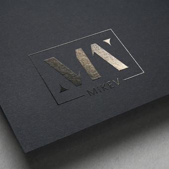 """""""MM MIKEV"""" šiuolaikiškas logotipas drabužių prekiniam ženklui. Logotipe apsijungia dviejų """"M"""" raidžių monograma, su moteriškos elegancijos suteikiančiu rėmeliu."""