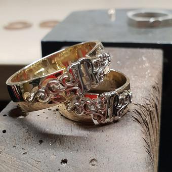 Vestuviniai žiedai su monograma iš dvieju spalvu metalo, balto ir geltono aukso.