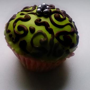 Vanilinis keksiukas, dekoruotas cukraus mase