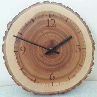 Originalus uosio medienos laikrodis.