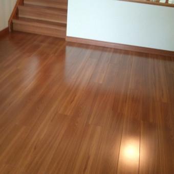 Klojame grindis: laminatą, parketą, natūralaus medžio grindis ir linoleumą.