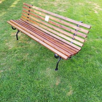 """""""Parko """" elegantiškas 2m., tvirtas, patogus. Pilnai impregnuota mediena, ketaus kojos. Graviruojame įvairioms progoms lenteles ir pritvirtiname prie suolo."""