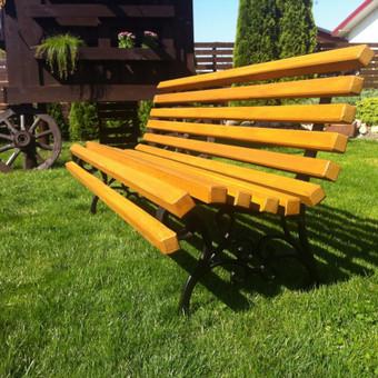 """""""Parko"""" elegantiškas 2m., tvirtas, patogus Pilnai impregnuota mediena, ketaus kojos. Suolo spalvą galima pasirinkti. Graviruojame įvairioms progoms lenteles ir pritvirtiname prie suolo."""