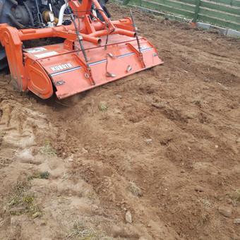 Ariame, frezuojame žemę, išnaikiname seną augaliją. Paruošiame dirvą vejai. sodiname veją ar kitus augalus.