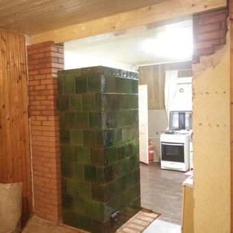 Iš senos krosnies padaryta nauja šildymo krosnis. Sumūryta nauja atrama ir įdėta medinė atrama.