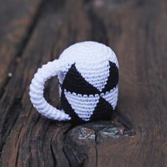 Juodai baltas tukutis - barškutis,kurio konstrukcija atitinka mažylio ranką, ypač plona rankenelė pritaikyta pačioms mažiausioms rankytėms. Žaisliukas aptakios formos, be aštrių kampų,  l ...
