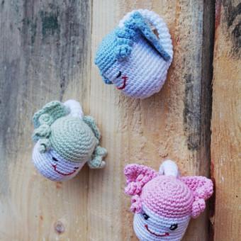 Angeliukai - tai meilės, gėrio ir tyrumo simboliai. Juos, kaip simbolinę dovanėlę, galima dovanoti vaikelio gimimo, krikštynų, kalėdų ar bet kuria kita proga. Žaisliukas ergonomiškas: prit ...