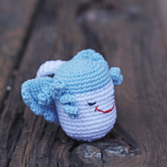 Žydras angeliukas - ergonomiškas žaisliukas, kuris pritaikytas mažylio porekiams: rankenėlė ypač plona,kad būtų patogi, lengvas, kad būtų nesunku pakelti, be jokių aštrių kampų, kad b ...